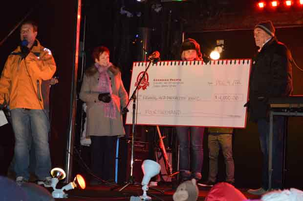 CP-Holiday-Train-2012-4000-Cheque--Mayor-Hobbs