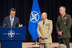 Gen. Dunford (right) with Secretary General Rasmussen (left) and SACEUR Admiral Stavridis at NATO HQ (October 2012)