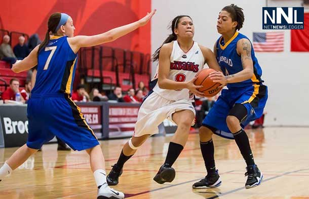 Lakehead Thunderwolves and Brock Badgers in women's basketball action (Photo Credit Brock Athletics)