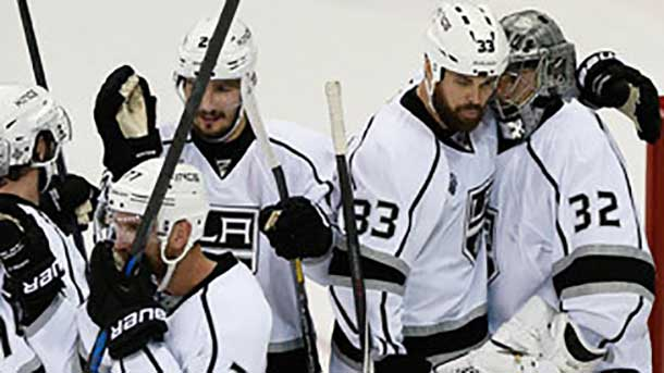 LA Kings players congratulate #32 Quick after a shutout win in Game 3 in the Stanley Cup Final - Image NHL.com