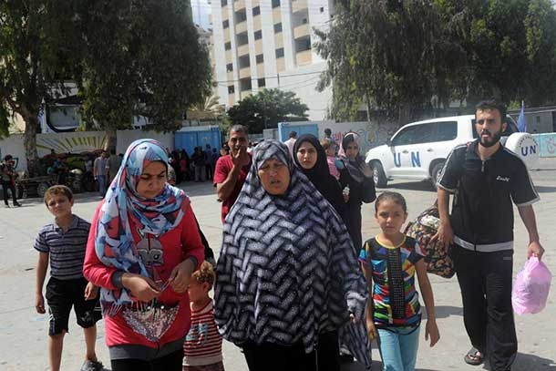 Palestinian families seek shelter at an UNRWA school after evacuating their homes north of the Gaza Strip. Photo: UNRWA