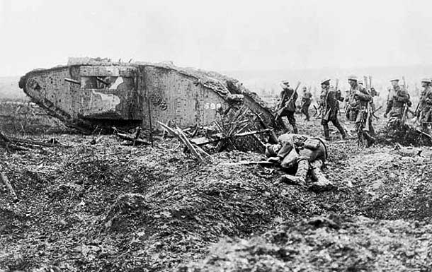Canadian soldiers advancing at Vimy in 1917 - Photo Wikipedia