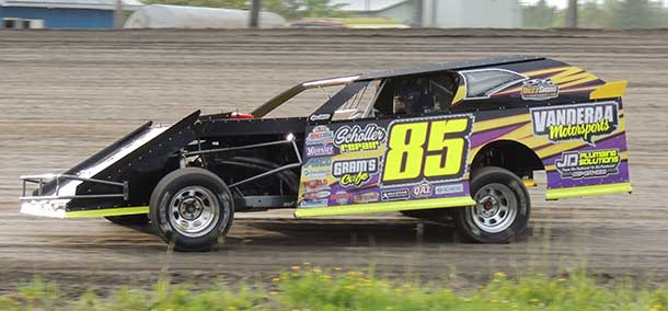 #85 Jamie Davis claimed another feature win at the Emo Speedway in the WISSOTA Modifieds after beating out Steve Nordin in the early laps of the feature event