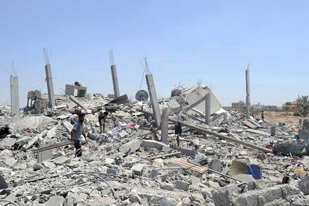 Palestinians search the rubble of destroyed homes in Khuzaa, east of Khan Younis, Gaza Strip. Photo: UNRWA Archives/Shareef Sarhan