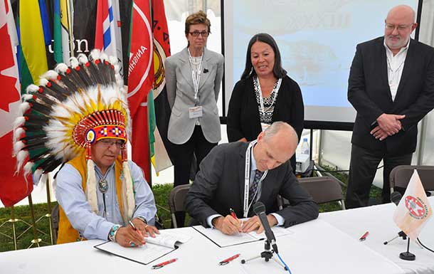 Grand Chief Harvey Yesno, Nishnawbe Aski Nation, and Michael Sherar, President and CEO of Cancer Care Ontario, signing protocol. Looking on (L-R) are Dr. Linda Rabeneck, Vice-President, Prevention and Cancer Control, Alethea Kewayosh, Director, Aboriginal Cancer Control Unit, Cancer Care Ontario, and Mark Henderson, Regional Vice-President, North West Regional Cancer Program