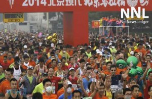 Beijing International Marathon runners with masks and sponges to combat smog