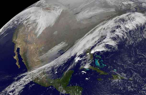 This NOAA's GOES satellite infrared image taken on Nov. 25 at 11:45 UTC (6:45 a.m. EST) shows two main weather systems over the US. - Image NOAA / NASA