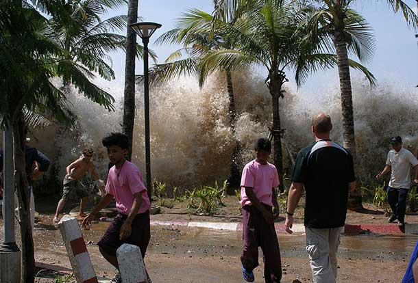 A photograph of the 2004 tsunami in Ao Nang, Krabi Province, Thailand. David Rydevik (email: david.rydevik@gmail.com), Stockholm, Sweden. - Originally at Bild:Davidsvågfoto.JPG.