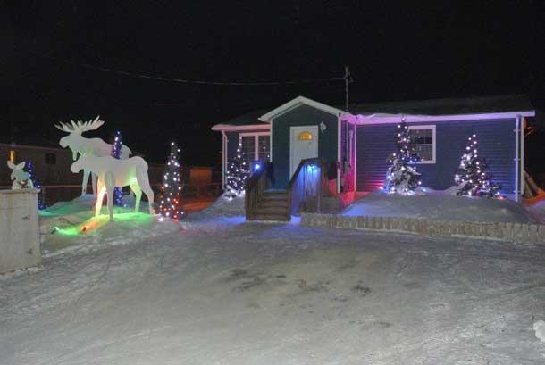 A beautifully decorated home celebrating the Christmas season in Attawapiskat - Photo by Rosiewoman Cree
