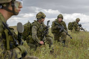 Master Corporal Chris Morand from The Lake Superior Scottish Regiment, gives directions for the upcoming attack during Exercise Bison Warrior held in CBF Shilo, Manitoba, on August 17th, 2015. Caporal-chef Chris Morand du Lake Superior Scottish Regiment, donne les ordres pour la prochaine attaque dans le cadre de l'exercice Bison Warrior à la BFC Shilo, Manitoba, le 17 août 2015. Photo by: MCpl/Cplc Louis Brunet, Canadian Army Public Affairs/ Affaires publiques de l'Armée canadienne