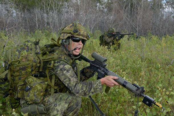 Master Corporal Chris Morand from The Lake Superior Scottish Regiment, gives directions during the attack on Exercise Bison Warrior held in CBF Shilo, Manitoba, on August 17th, 2015.  Caporal-chef Chris Morand du Lake Superior Scottish Regiment, donne des ordres durant l'attaque dans le cadre de l'exercice Bison Warrior à la BFC Shilo, Manitoba, le 17 août 2015.  Photo by: MCpl/Cplc Louis Brunet, Canadian Army Public Affairs/ Affaires publiques de l'Armée canadienne