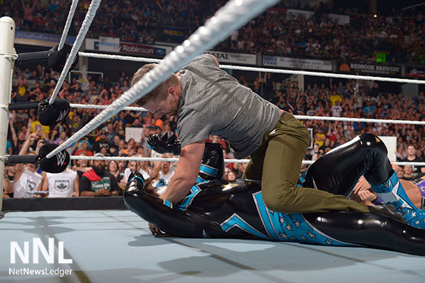 Stephen Amell, star of Red Arrow takes down WWE® Superstar Stardust