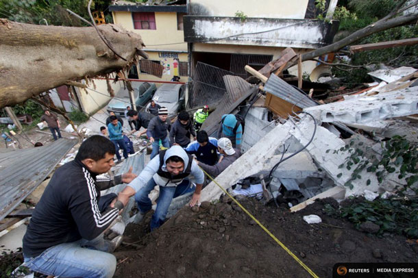 Residents make their way out of an area affected by a landslide in Santa Catarina Pinula, on the outskirts of Guatemala City, October 2, 2015. REUTERS/Josue Decavele