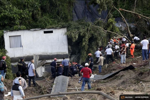 Rescue personnel search for people at an area affected by a landslide in Santa Catarina Pinula, on the outskirts of Guatemala City, October 2, 2015. REUTERS/Josue Decavele