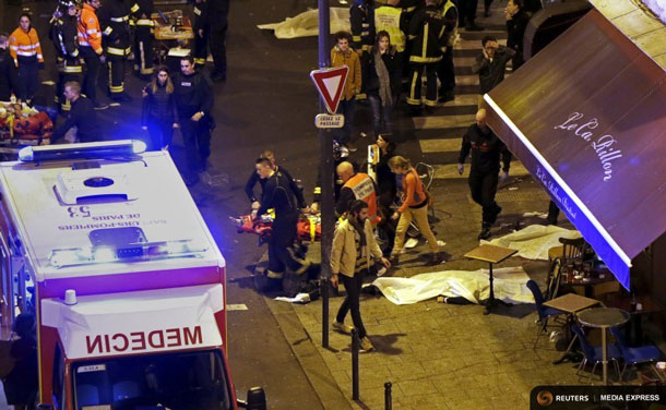 General view of the scene with rescue service personnel working near covered bodies outside a restaurant following shooting incidents in Paris, France, November 13, 2015. REUTERS/Philippe Wojazer