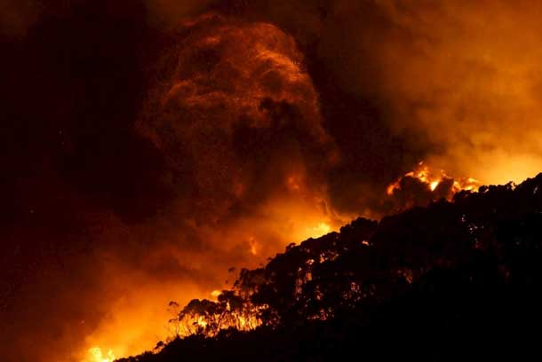 A bushfire burns at Wye River near Lorne, south of Melbourne, December 25, 2015. REUTERS/Keith Pakenham/AAP