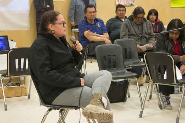 Charla Moonias addresses community meeting in Neskantaga FN
