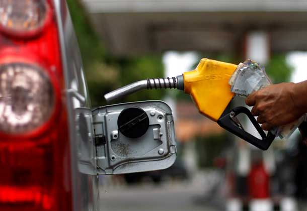 A worker fills a tank with subsidized fuel at a fuel station in Jakarta April 18, 2013. REUTERS/Beawiharta`