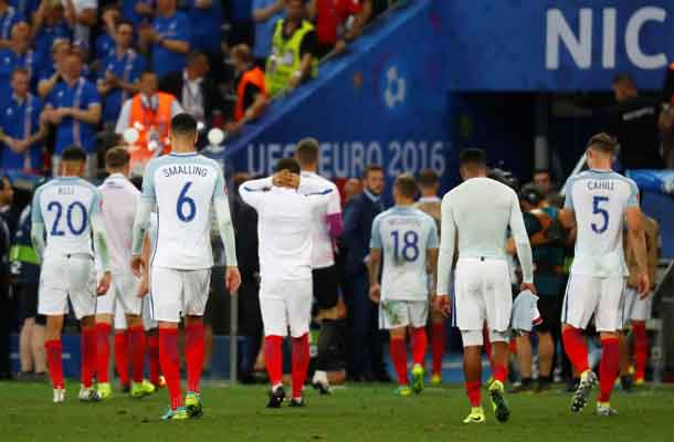 Football Soccer - England v Iceland - EURO 2016 - Round of 16 - Stade de Nice, Nice, France - 27/6/16 England's players look dejected after the game REUTERS/Kai Pfaffenbach Livepic