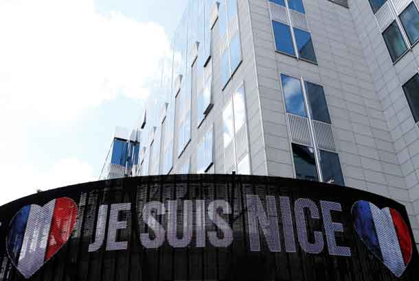 """An electronic board displays """"Je suis Nice"""" in honor of the victims of the Bastille Day truck attack in Nice, outside the European Parliament in Brussels, Belgium, July 15, 2016. REUTERS/Francois Lenoir"""