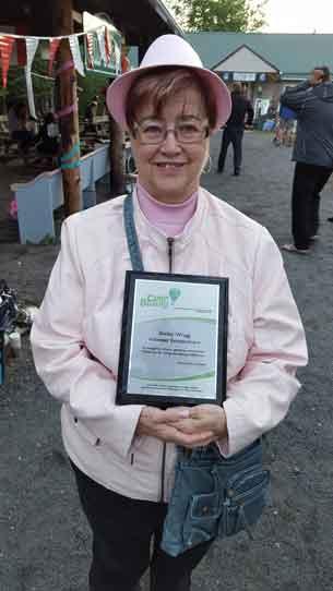 Shirley Wragg with her Volunteer Extraordinaire Award