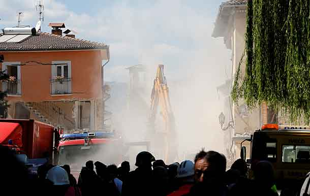 Dust is seen coming out from falling rubble following an aftershock in Amatrice, central Italy, August 25, 2016. REUTERS/Ciro De Luca