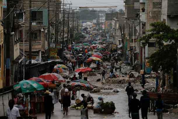 Vendors sell their goods on the street while Hurricane Matthew approaches in Port-au-Prince, Haiti.   REUTERS/Carlos Garcia Rawlins