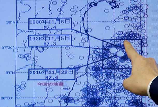 Japan Meteorological Agency's earthquake and volcano observations division director Koji Nakamura points at a map showing earthquake information during a news conference in Tokyo, Japan November 22, 2016. REUTERS/Toru Hanai