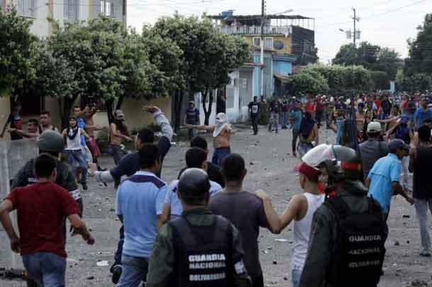 Venezuelan National Guards clash with demonstrators in La Fria, Venezuela December 17, 2016. REUTERS/Carlos Eduardo Ramirez