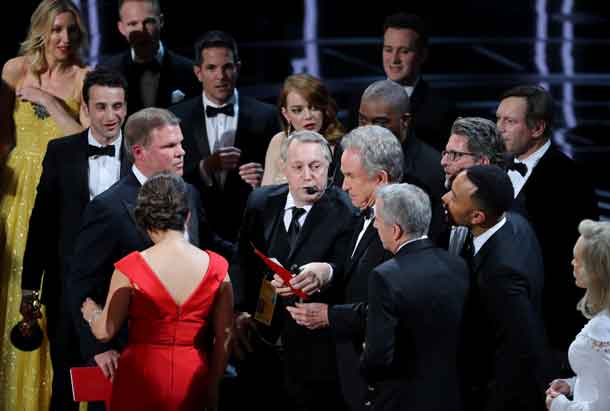 "89th Academy Awards - Oscars Awards Show - Hollywood, California, U.S. - 26/02/17 - Warren Beatty holds the card for the Best Picture Oscar awarded to ""Moonlight,"" after announcing by mistake that ""La La Land"" was winner. REUTERS/Lucy Nicholson"