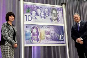 On 7 April 2017, the commemorative bank note celebrating Canada's 150th anniversary of Confederation was unveiled at the Bank of Canada's head office in Ottawa. Pictured from left to right: Ginette Petitpas Taylor, Parliamentary Secretary to the Minister of Finance and Stephen S. Poloz, Governor of the Bank of Canada To learn more visit: www.bankofcanada.ca/banknote150 (CNW Group/Bank of Canada)