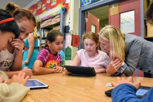 Minister McKenna and students from Pierre Elliott Trudeau Elementary School take their first look at the new Climate Kids website.
