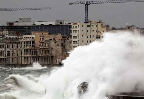 Waves crash against the seafront boulevard El Malecon ahead of the passing of Hurricane Irma, in Havana, Cuba September 9, 2017. REUTERS/Stringer