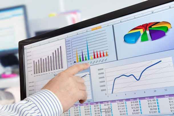 Man analyzing financial data and charts on computer screen - Image Depositphotos.com