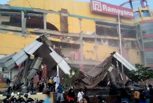 A shopping center heavily damaged following an earthquake in Palu, Central Sulawesi, Indonesia September 28, 2018 in this handout photo made available by Antara Foto. Antara Foto/BNBP/ via REUTERS