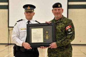 Ontario Provincial Police Superintendent Brent Anderson, left, presents an award to Lieutenant-Colonel Matthew Richardson. Credit Captain Karl Haupt, Canadian Rangers