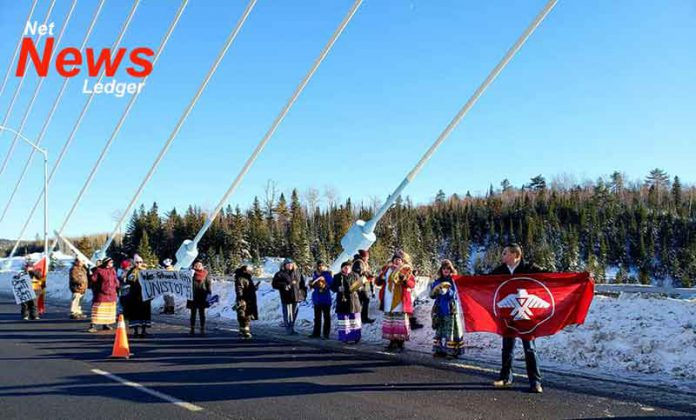 Protesters on the Nipigon Bridge on January 12 2019 Image ©Louis Kwissiwa