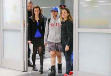 Rahaf Mohammed al-Qunun (C), an 18-year-old Saudi woman who fled her family, accompanied by Canadian Minister of Foreign Affairs Chrystia Freeland (R) and Saba Abbas, general counsellor of COSTI refugee service agency, arrives at Toronto Pearson International Airport in Toronto, Ontario, Canada January 12, 2019. REUTERS/Carlos Osorio
