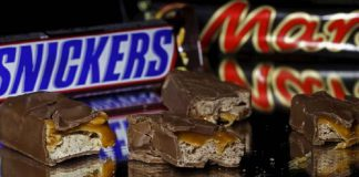 FILE IMAGE: Mars and Snickers bars are seen in this picture illustration taken February 23, 2016. REUTERS/Dado Ruvic/Illustration