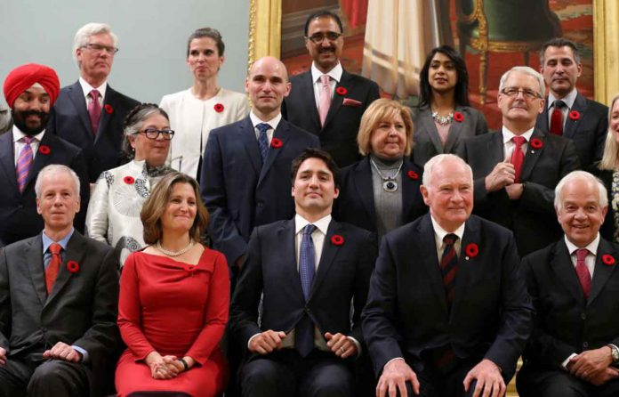Canada's new Prime Minister Justin Trudeau (bottom row C) poses with his cabinet after their swearing-in ceremony at Rideau Hall in Ottawa November 4, 2015. REUTERS/Chris Wattie