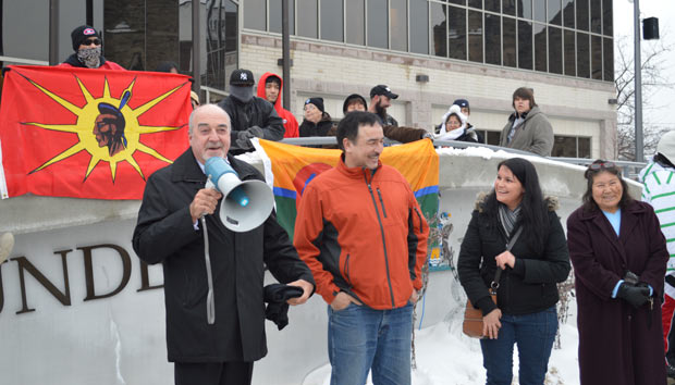 Thunder Bay Mayor Keith Hobbs addresses Idle No More Gathering as Fort William First Nation Chief Collins and Joyce Hunter Listen - Photo by Jorja Wenjack