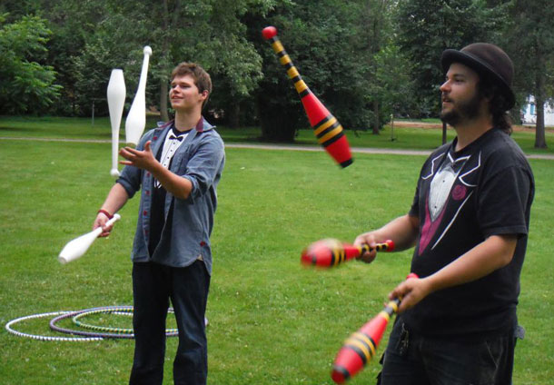 Eric the Juggler Teaching in Vickers Park in Thunder Bay
