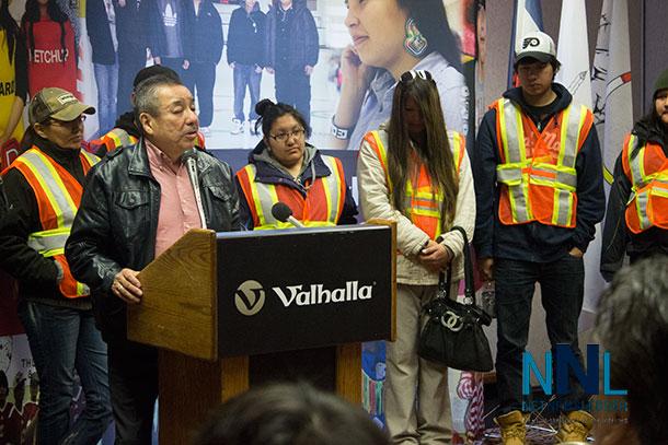 Ontario Regional Chief Stan Beardy addressing the media at the Valhalla Inn.