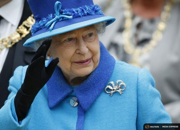 Britain's Queen Elizabeth waves as she arrives at Edinburgh Waverley Station before boarding a train drawn by a steam locomotive to travel along the Scottish Borders Railway in Scotland, Britain September 9, 2015. REUTERS/Russell Cheyne
