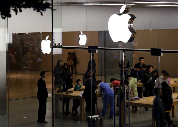 Apple logos are displayed at an Apple Store inside a shopping mall in the southern Chinese city of Shenzhen, January 26, 2016. REUTERS/Bobby Yip