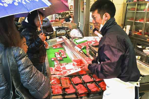 Vendor selling tuna fillets at the Tsukiji Fish Market in Tokyo. Credit: Copyright 2016 David A. Latt