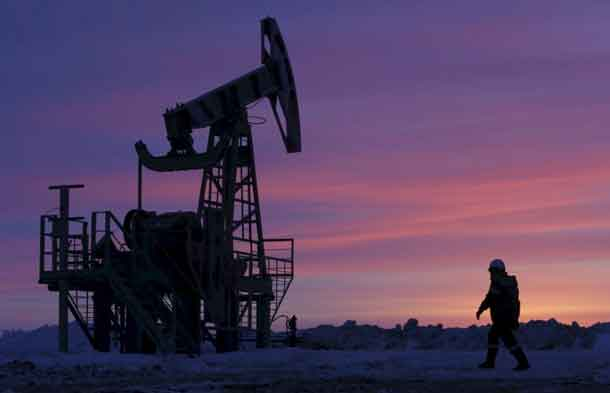 FILE PHOTO: A worker at an oil field owned by Bashneft, Bashkortostan, Russia, in this January 28, 2015 file photo. REUTERS/Sergei Karpukhin/Files