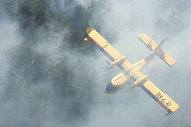 Waterbomber fighting wildfire near Temagami