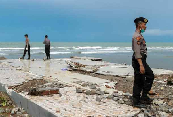 Police officers search for victims among rubble of a destroyed beach front hotel which was hit by a tsunami in Pandeglang, Banten province, Indonesia, December 24, 2018. REUTERS/Jorge Silva