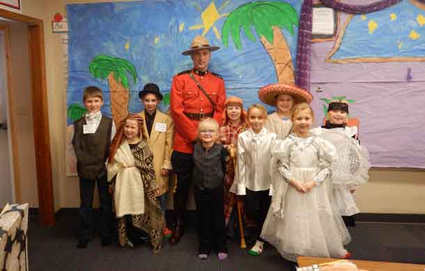 RCMP Constable Tavis with students 2018 - Pre-COVID-19
